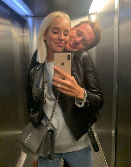 Yana Kudryavtseva taking selfi with her husband in the lift